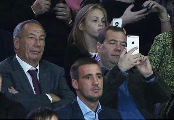 Медведев купил iPhone