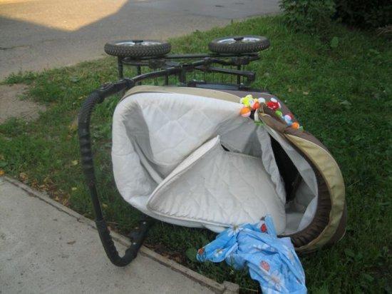 автомобиль сбил маму с младенцем
