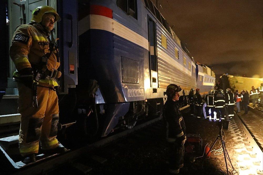 столкнулись электричка и пассажирский поезд