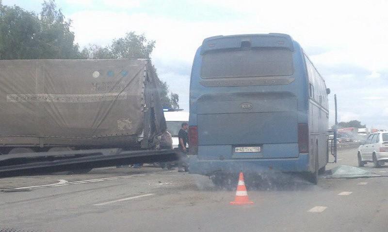 столкнулись автобус и фура