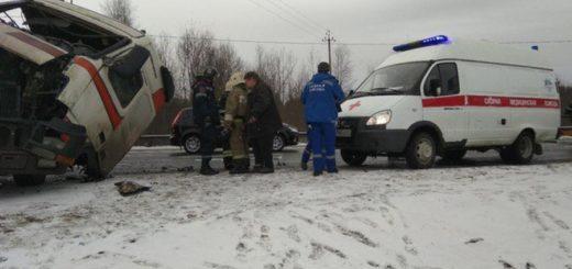столкнулись пассажирский автобус «Хайгер» с туристами, направлявшийся из Красноярска в поселок Шерегеш Кемеровской области и грузовик «Вольво»
