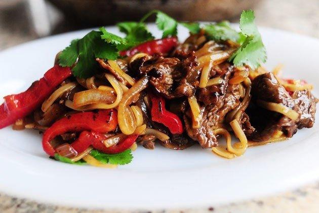 мясо с перцем и овощами