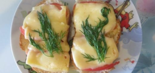 Приготовление бутербродов с помидорами и сыром