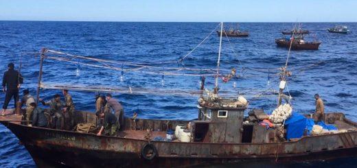 две северокорейские рыболовецкие шхуны