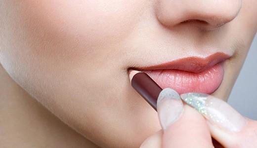 увеличить губы правильным макияжем